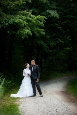 Foto Brautpaar auf einem Waldweg, romantisch
