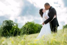 romantisches Foto Brautpaar im Feld
