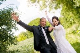 Foto Brautpaar nach der Trauung zeigt Eheringe