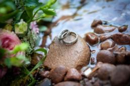 Detailfoto Ringe und Brautstrauss am Fluß, Hochzeitsfotos Enzkreis