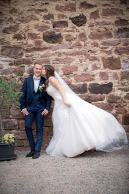 Foto Braut küsst Bräutigam