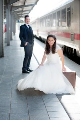 Foto Brautpaar am Bahnhof
