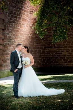 Foto Brautpaar vor Kirche in Birkenfeld freut sich und springt