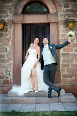 Foto Brautpaar vor Kirche in Birkenfeld freut sich