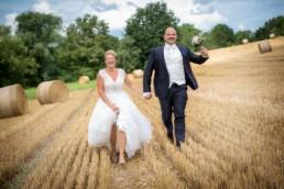 Foto Hochzeitspaar rennt im Kornfeld