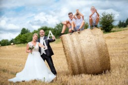 Foto Hochzeitspaar mit Kindern im Kornfeld