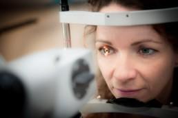 Firmenportrait Optiker Fesser in Straubenhardt Foto Kundin bei der Augendiagnose Pforzheim Birkenfeld