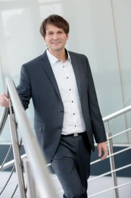 Mitarbeiterfoto Mitarbeiterfotografie Mann im Anzug im Büro Birkenfeld Pforzheim