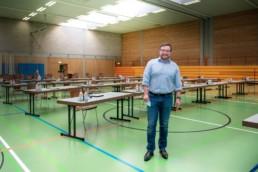 Bürgermeister Martin Steiner kurz vor der Gemeinderatssitzung in der Turnhalle - Fotoprojekt Nur-so-halb von Stefanie Morlok Fotografin