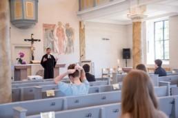 Pfarrer David Dengler mit Konfirmanden in der Kirche Birkenfeld - Fotoprojekt