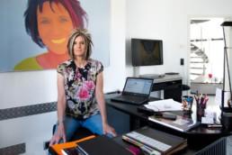 Karin Weber an ihrem Schreibtisch im Homeoffice - Fotoprojekt Nur-so-halb von Stefanie Morlok Fotografin