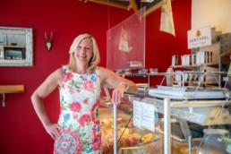 Carmen Richter-Bauser steht in ihrer Bäckerei - Fotoprojekt Nur-so-halb von Stefanie Morlok Fotografin
