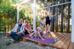 Familie Brohm sitzt auf Ihrer Terrasse - Fotoprojekt Nur-so-halb von Stefanie Morlok Fotografin