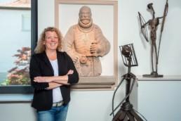 Bürgermeisterin Birgit Förster in ihrem Büro in Niefern-Öschelbronn mit Skulpturen - Fotoprojekt Nur-so-halb von Stefanie Morlok Fotografin