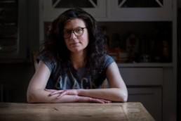 Francesca sitzt am Tisch - Fotoprojekt Nur-so-halb von Stefanie Morlok Fotografin