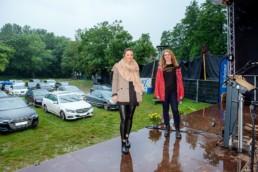 Tanja und Theresa von Goldstadtkinder auf der Bühne des Autokino Remchingen - Fotoprojekt Nur-so-halb von Stefanie Morlok Fotografin