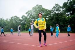 Handballtrainerin SG Pforzheim-Eutingen Beate Lupus mit den Handballern auf dem Sportplatz - Fotoprojekt Nur-so-halb von Stefanie Morlok Fotografin