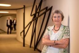 MdL Stefanie Seemann (Grüne) im Verbindungsgang des Landtages in Stuttgart - Fotoprojekt Nur-so-halb von Stefanie Morlok Fotografin