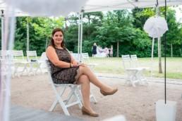 freie Traurednerin Susanne Gamber vor einer Trauung- Fotoprojekt Nur-so-halb von Stefanie Morlok Fotografin