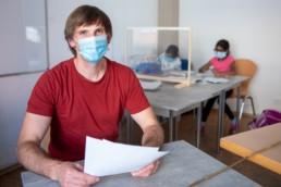 Frank Wolfangel vom Familienzentrum In der Au in Pforzheim bei der Hausaufgabenhilfe - Fotoprojekt Nur-so-halb von Stefanie Morlok Fotografin