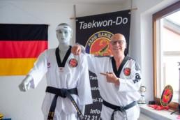 Taekwon-D0 Trainer Hans Baumbach im Studio - Fotoprojekt Nur-so-halb von Stefanie Morlok Fotografin