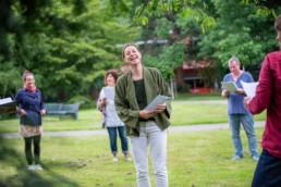 Chorleitern Nina Amon mit dem Chor Cantara in Freiburg - Fotoprojekt Nur-so-halb von Stefanie Morlok Fotografin