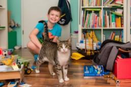 Kind Max mit seinem Freund Kater Felix im Kinderzimmer - Fotoprojekt Nur-so-halb von Stefanie Morlok Fotografin