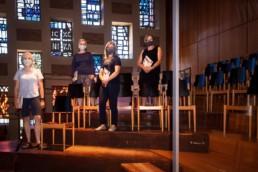 die Sängerinnen mit Masken auf der Empore der Stadtkirche Pforzheim - Fotoprojekt Nur-so-halb von Stefanie Morlok Fotografin