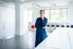 Professorin Alice Chi in den Räumen der Hochschule Pforzheim - Fotoprojekt Nur-so-halb von Stefanie Morlok Fotografin