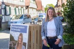 Bürgermeister Kandidatin Antonia Walch mit ihrem Pop-Up-Wahlkampfstand - Fotoprojekt Nur-so-halb von Stefanie Morlok Fotografin