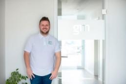 der Steuerberater Christopher Gehrig steht vor der Türe zu seiner Kanzlei- Fotoprojekt Nur-so-halb von Stefanie Morlok Fotografin