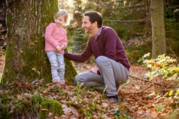 Vater und Tochter spielen im Wald