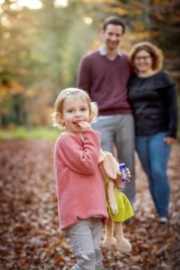 lachende Familie im Wald , Familienfoto